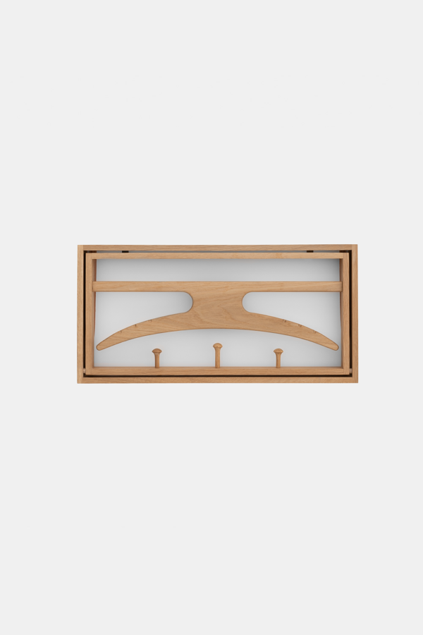 The Hanger knagerække, olieret eg og hvid baggrund